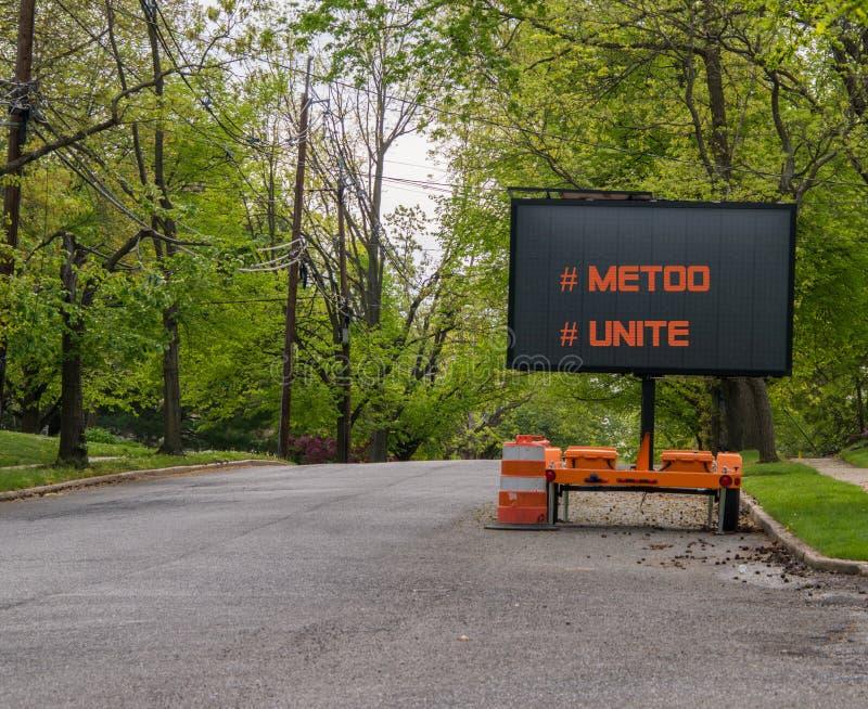 Drogowy ostrzegawczy informacja znak na przyczepie z DOWODZONĄ twarzą na podmiejskiej sąsiedztwo ulicie która mówi MeToo i jednos zdjęcia royalty free