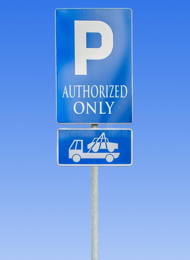 Drogowy parking znak odizolowywający przeciw niebieskiemu niebu z upoważniający obrazy royalty free