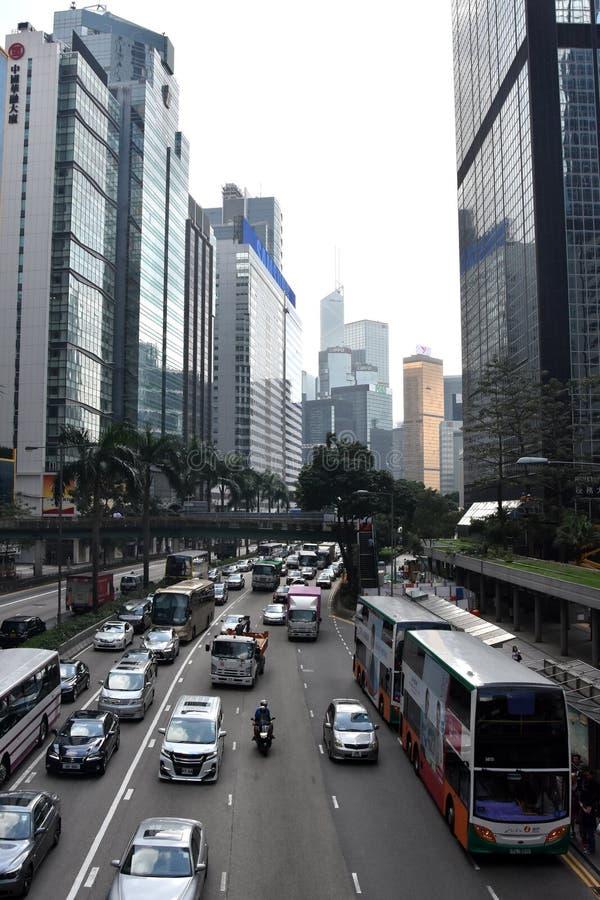 Drogowy ruch drogowy i drapacze chmur w Hong Kong wyspie obraz stock