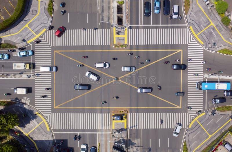 Drogowy skrzyżowanie z zatłoczonymi pojazdami fotografia stock