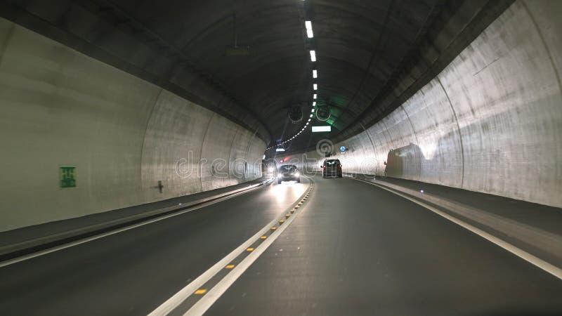 Drogowy tunel z samochodami fotografia stock