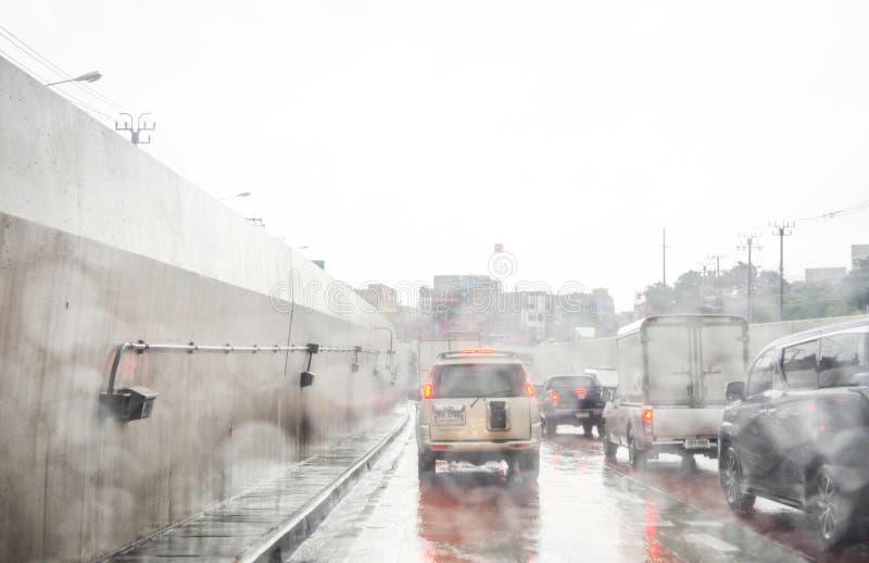 Drogowy widok przez samochodowego okno z deszczem obrazy royalty free