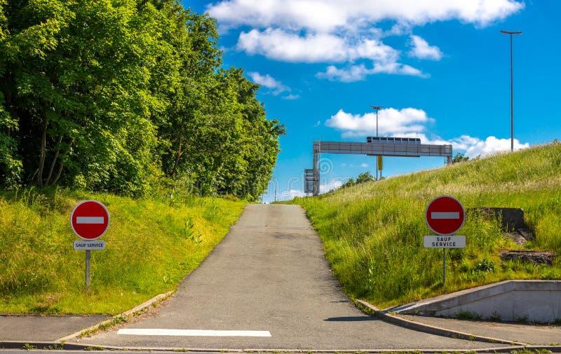 Drogowy znak no wchodzi? do Tam jest żadny wejście ten strona Droga iść w złym kierunku blue zielone niebo drzewa zdjęcia stock