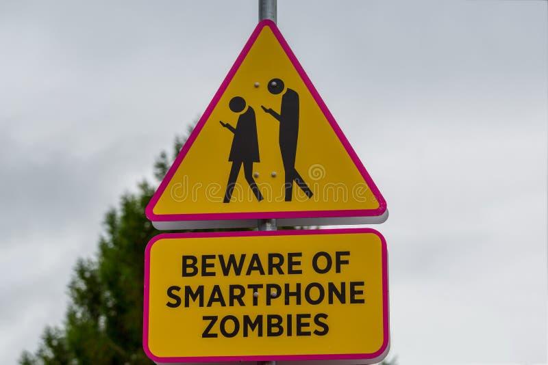 Drogowy znak - ono wystrzega się smartphone żywi trupy zdjęcie royalty free
