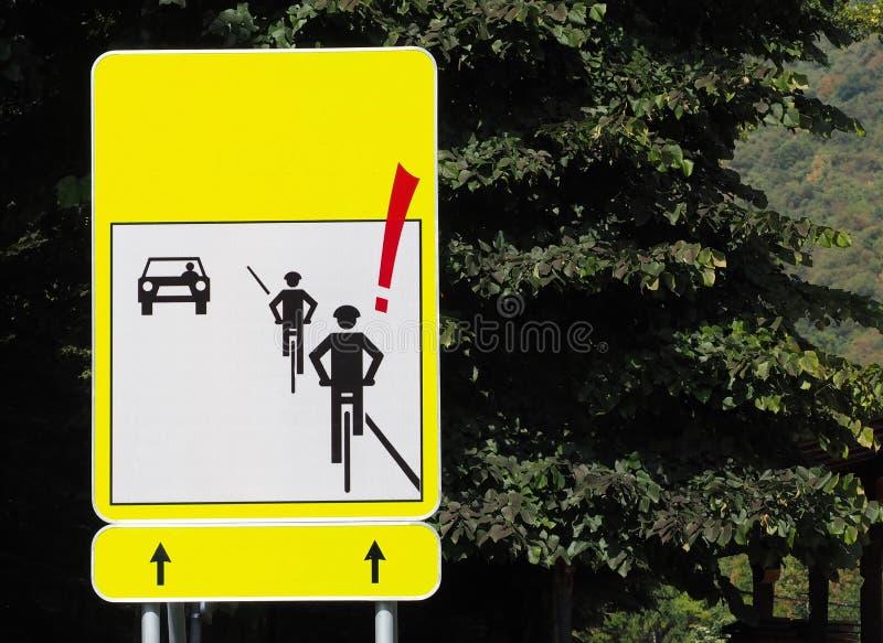 Drogowy znak: uwaga cykliści, z sylwetkami dwa cyklisty i samochód który przyjeżdża w opposite kierunku ilustracja wektor