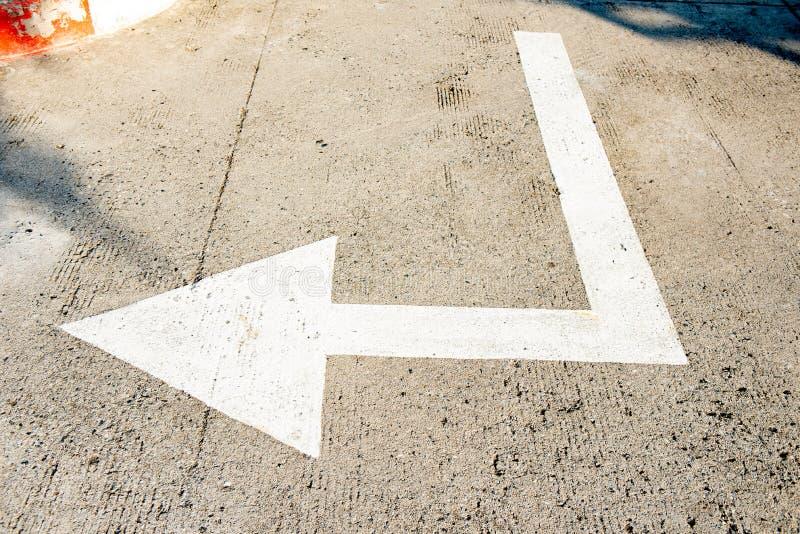 Drogowy znak wskazuje Bia?ego strza?a znaka na ulicie, kierunek dla ruchu drogowego bezpiecze?stwa bia?e strza?y wskazuje kierunk zdjęcia stock