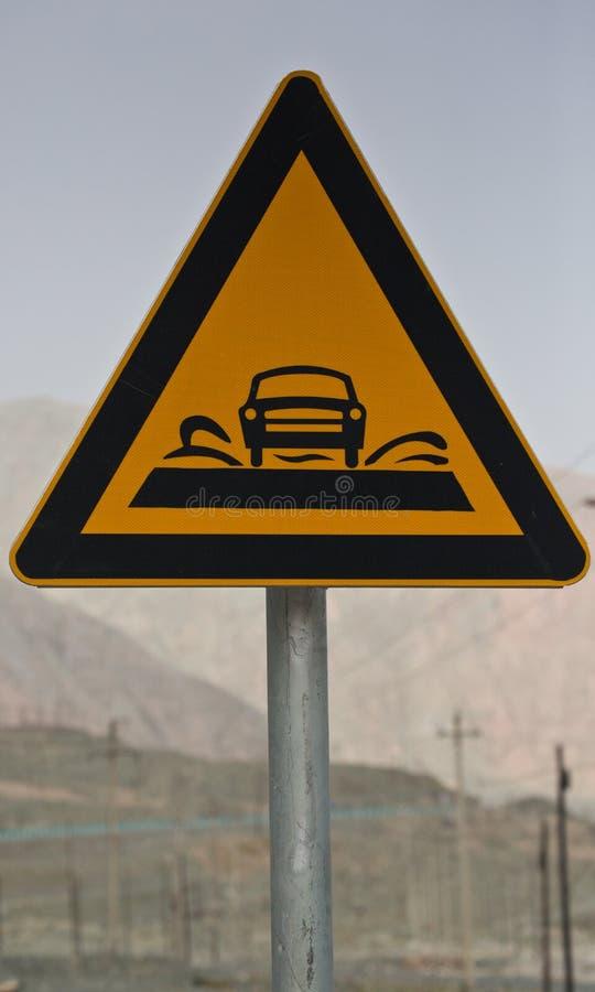 Drogowy znak wzdłuż Karakoram autostrady, China's Xinjiang region Ciężarówka na Starej Jedwabniczej drodze fotografia stock