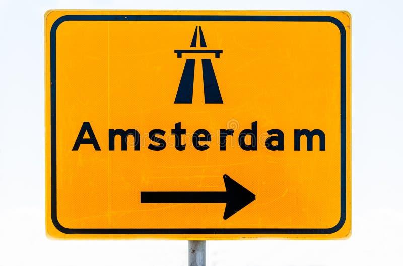 Drogowy znak z strzała w kierunku Amsterdam zdjęcia royalty free