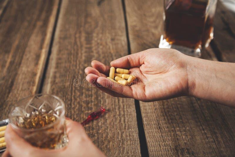 Drogue d'alcool de main de femme photo libre de droits