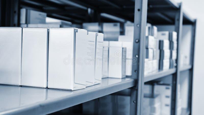 Drogue las cajas en un estante en una farmacia Tienda de medicinas y de vitaminas Fondo para la venta en una forma de vida de la  fotografía de archivo
