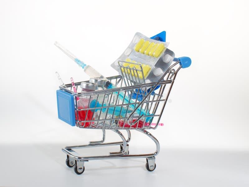Drogues dans le panier de achat : ampoules, comprimés et seringues photos libres de droits