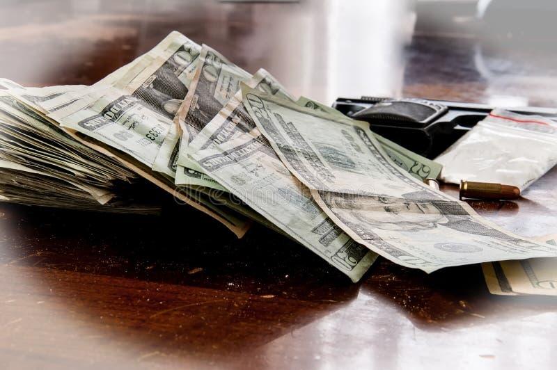 Drogues et argent d'armes à feu photographie stock libre de droits
