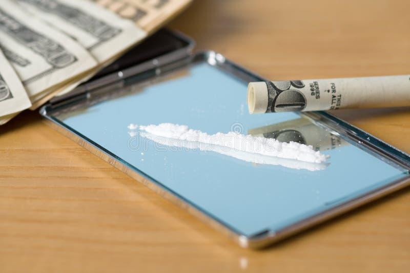 Drogues ligne et argent photographie stock libre de droits