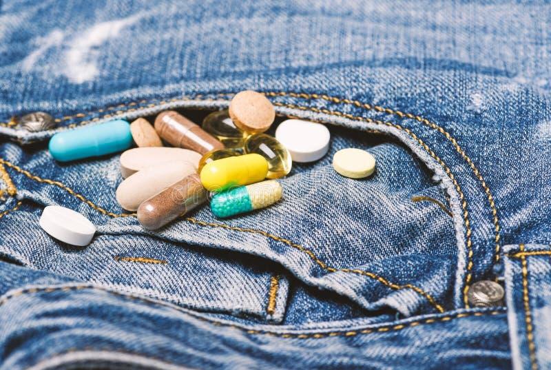 Drogues sur le fond de denim M?decines de m?lange Traitement rapide Prescription de m?decine Soins de sant? et maladie Dose et photo libre de droits