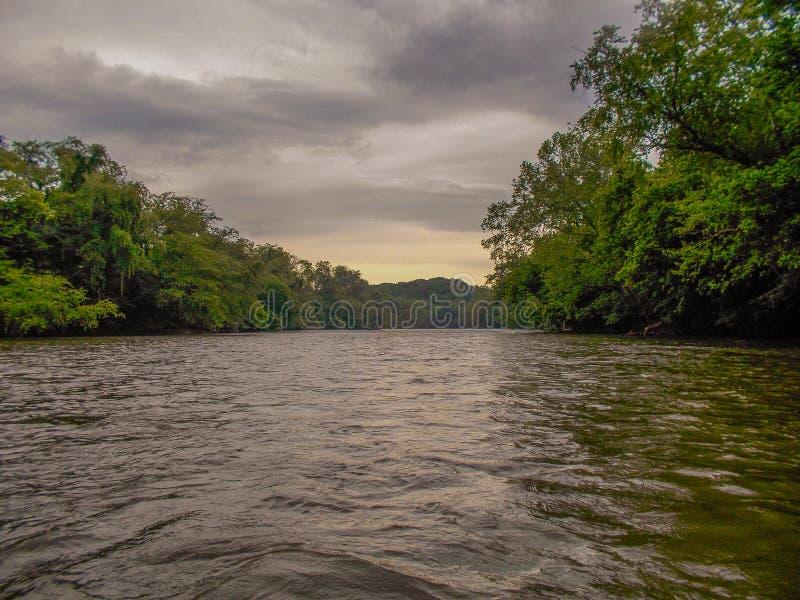 Drohende Himmel Dan River Calm Water Unders lizenzfreies stockbild