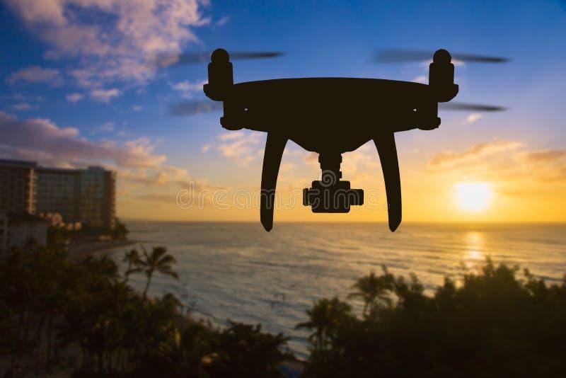 Drohnen-Fliegen über Waikiki-Strand in Hawaii stockbild