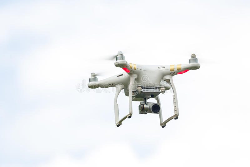 Drohnen-Fliegen mit Kamera stockfoto