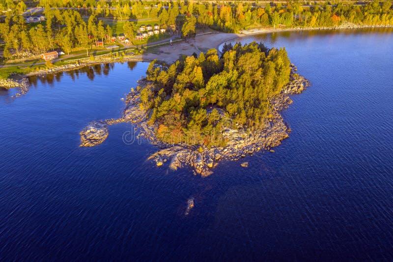Drohnenansicht am Meer in der Nähe von Sundsvall, Schweden lizenzfreie stockfotos