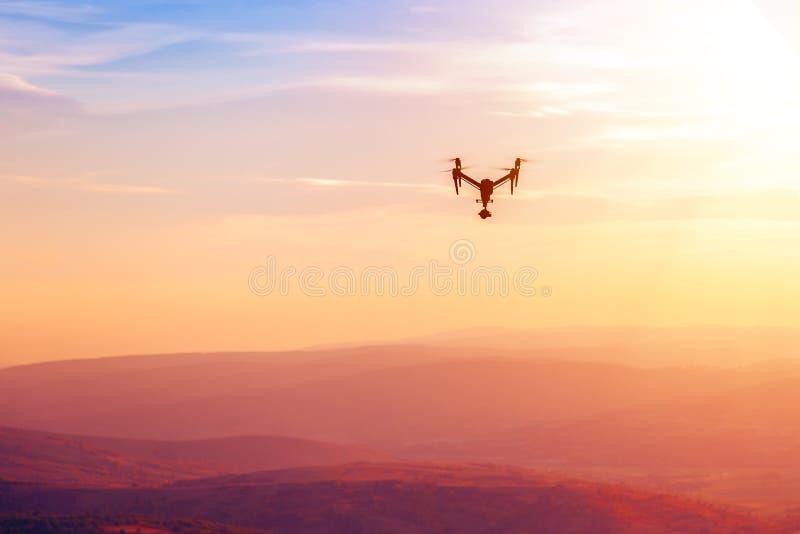 Drohnenfliegen über den Hügeln im Sonnenuntergang lizenzfreies stockfoto