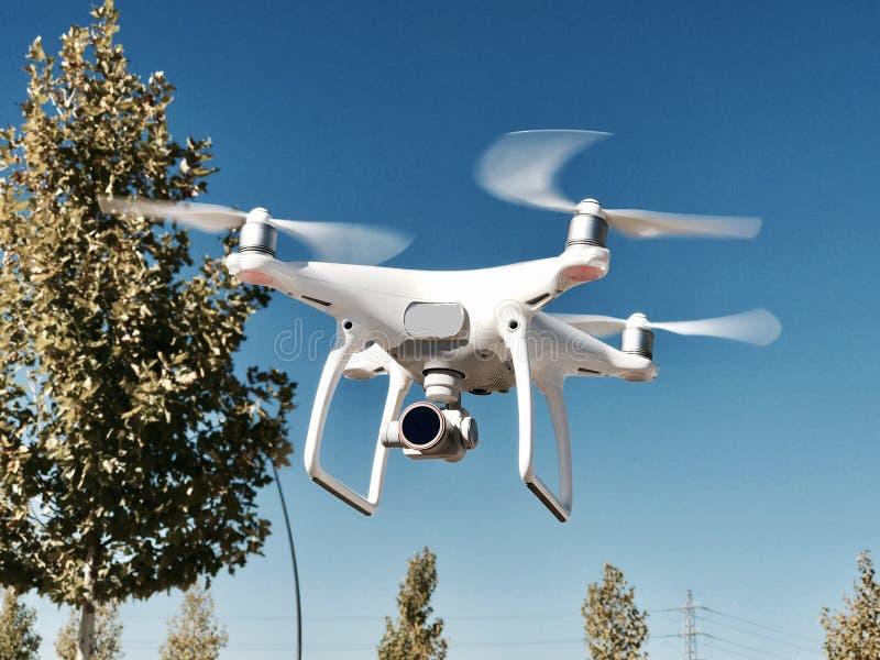 Drohnenfliegen stockbild