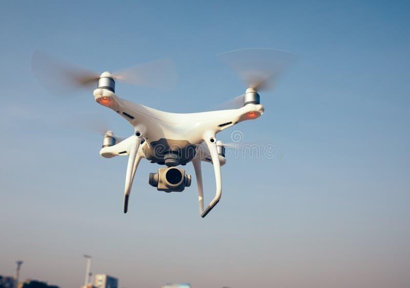 Drohnenfliegen in einer Luft stockbild