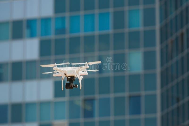 Drohnenfliegen mit klarem blauem Himmel lizenzfreies stockfoto