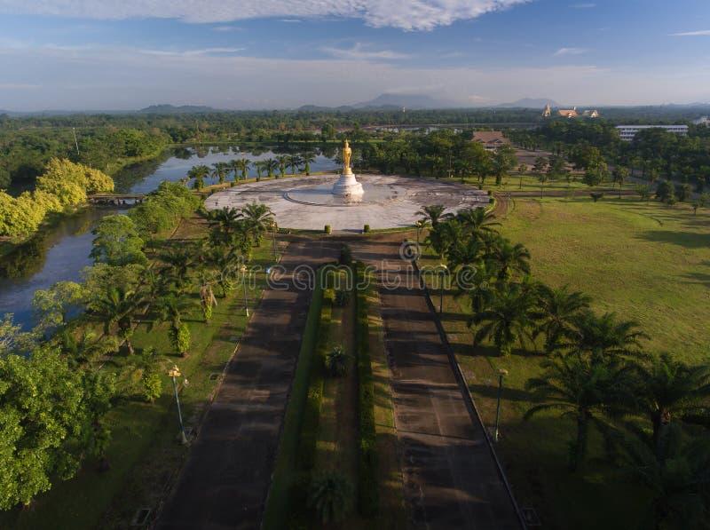 Drohnenflugsicht Buddha Statue in Chanthaburi Thailand stockfotos