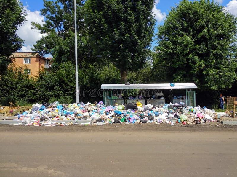 Drohobych, Ucrânia - 9 de junho de 2018: Poluição, o problema do triturador, a ameaça de uma catástrofe sob a forma de um epid fotografia de stock