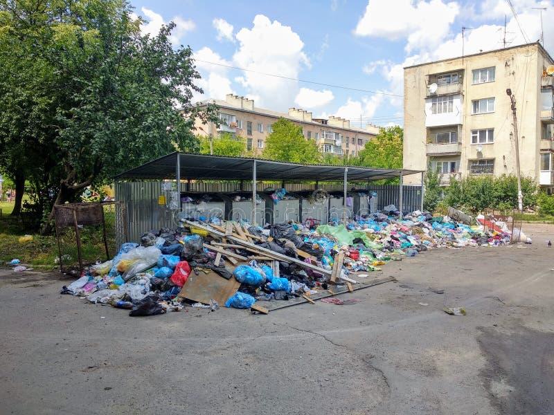 Drohobych, Ucrânia - 9 de junho de 2018: Poluição, o problema do triturador, a ameaça de uma catástrofe sob a forma de um epid imagens de stock