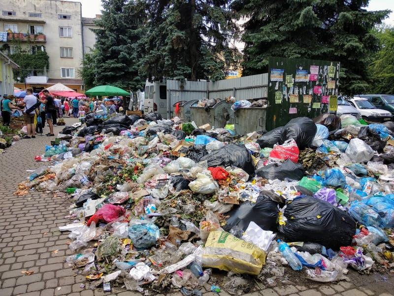 Drohobych, Ucrânia - 9 de junho de 2018: Poluição, o problema do triturador, a ameaça de uma catástrofe sob a forma de um epid imagens de stock royalty free
