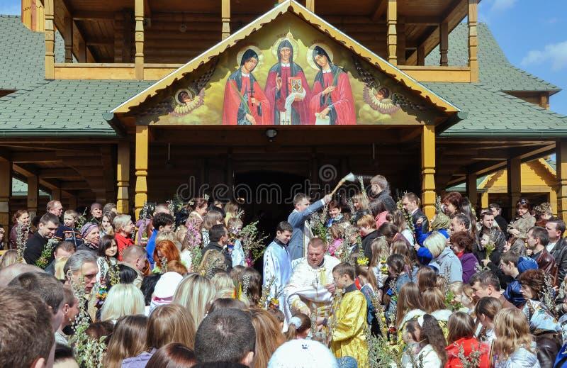 Drohobych, Ucrania - 17 de abril de 2011: Los sacerdotes santifican las ramas del sauce, gente en el servicio de dios, víspera de imagenes de archivo