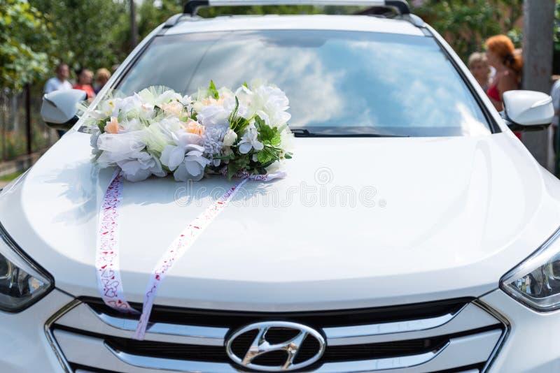 Drohobych Ukraina - Juli 22, 2018: Hyundai Santa Fe dekorerade på bröllopdagen, garnering på bilhuven, organisation av högtidligt arkivfoto