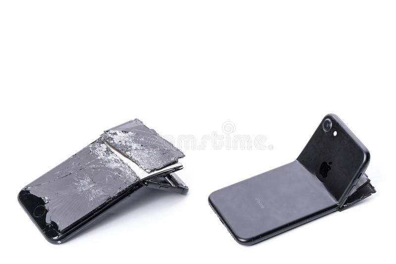 Drohobych Ukraina - November 01, 2017: iPhone 7 med den brutna skärmen och böjde tillbaka räkningen, på vit bakgrund med skugga royaltyfria foton