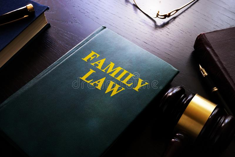 Droit de la famille sur une table photo libre de droits