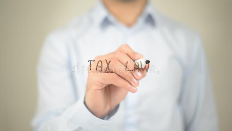 Droit fiscal, écriture d'homme sur l'écran transparent photographie stock