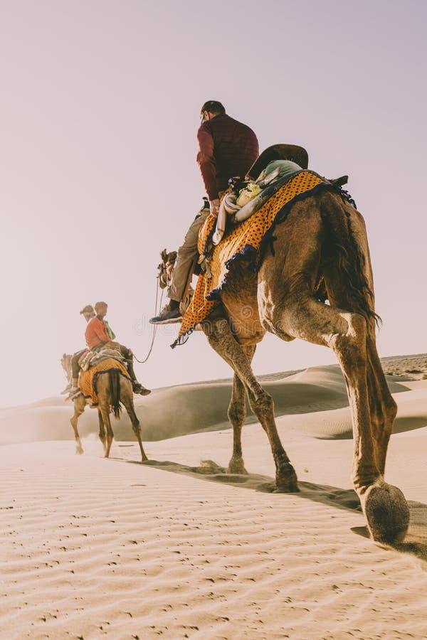 Dromedar mit Touristen in der Thar-Wüste lizenzfreie stockbilder