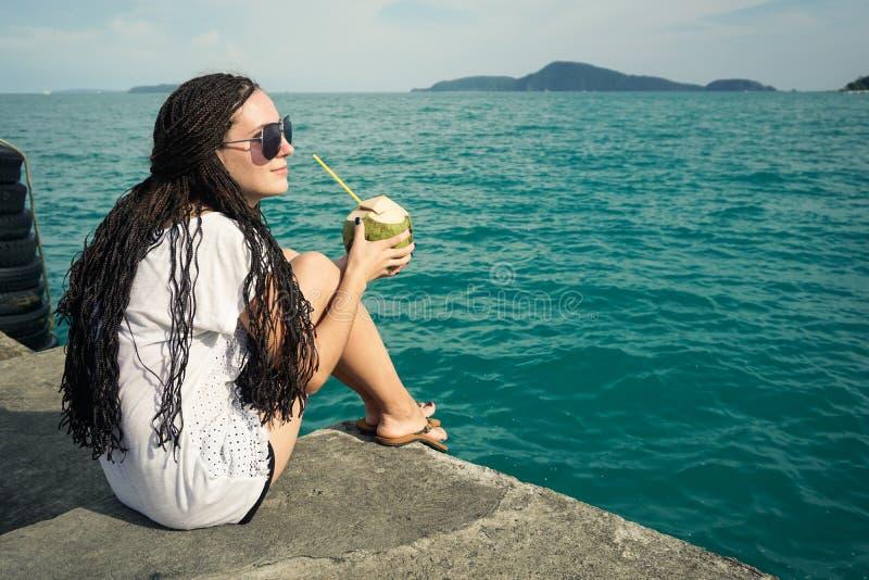 Dromen, oceaan en mooi meisje royalty-vrije stock foto's