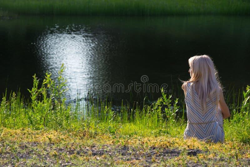 Dromend meisje op kust royalty-vrije stock foto