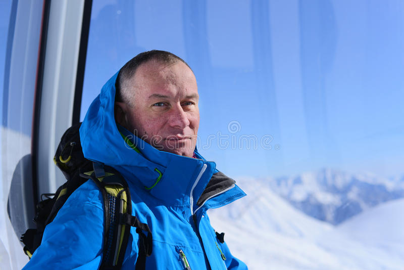 Dromende mens in skiliftcabine stock foto's