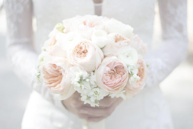 Dromerig het Huwelijksboeket van de bruidholding royalty-vrije stock foto's