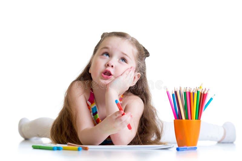 Dromerig jong geitjemeisje met potloden royalty-vrije stock foto