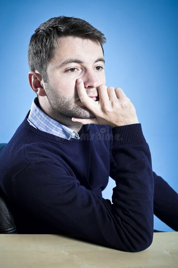 Dromerig jonge mensenwachten stock foto's