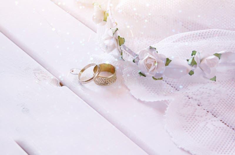 Dromerige foto van Trouwringen en witte bloementiara royalty-vrije stock foto