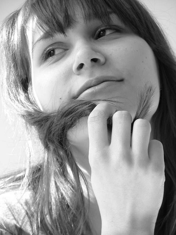 Download Dromerige Jonge Vrouw, Die Met Haar Haar Speelt Stock Afbeelding - Afbeelding bestaande uit toevallig, hoofd: 10777491