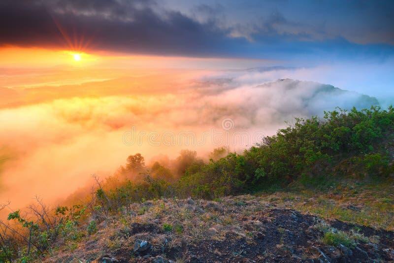 Dromerige meest forrest Zonsopgangwolken Bosheuvel De Nevelige pieken van de de herfstmist stock afbeeldingen