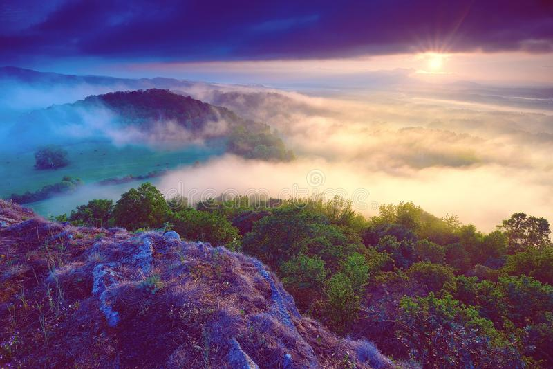 Dromerige meest forrest Zonsopgangwolken Bosheuvel De Nevelige pieken van de de herfstmist royalty-vrije stock foto's