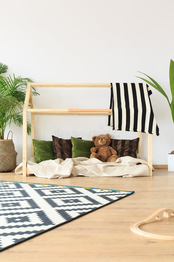 Dromerige minimalistische jonge geitjesruimte stock afbeeldingen