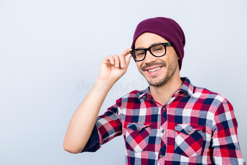 Dromerige student hipster in een toevallig geruit overhemd, zwarte glasse stock afbeeldingen