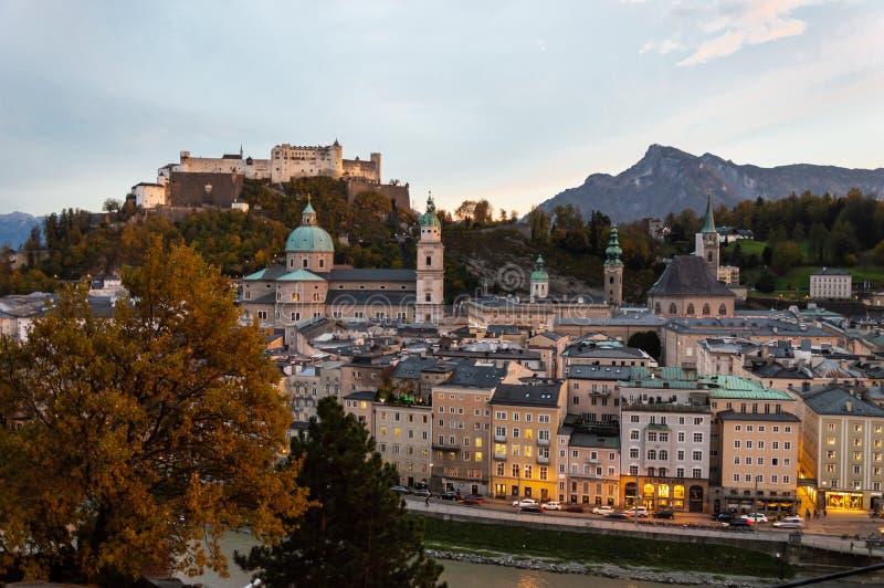 Dromerige zonsondergang over oude stad Salzburg en vesting hohensalzburg royalty-vrije stock foto's