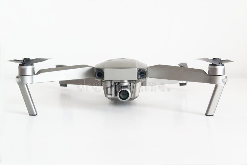 Dron cuadricóptero aislado en una superficie blanca que muestra su cámara en un fondo blanco. Espacio de copia vacío fotos de archivo libres de regalías